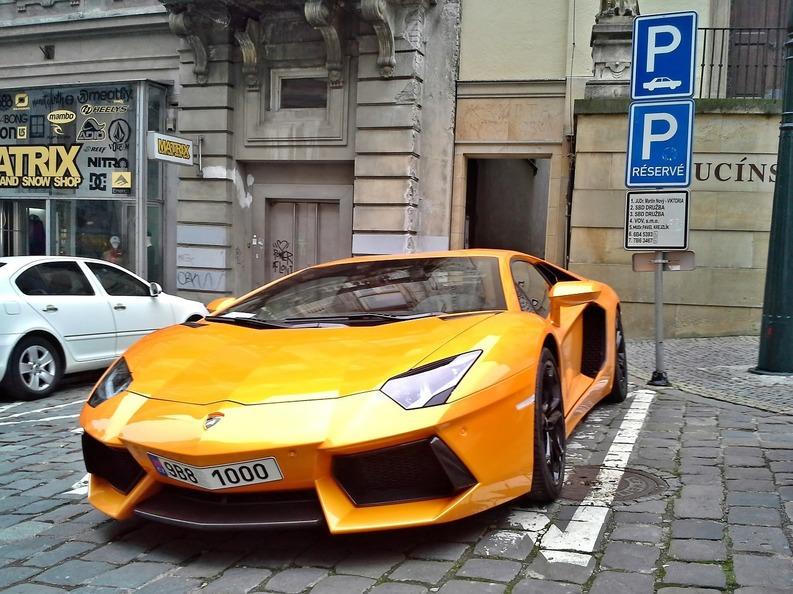 Românii continuă să își cumpere mașini scumpe: Ferrari, Lamborghini, Maserati