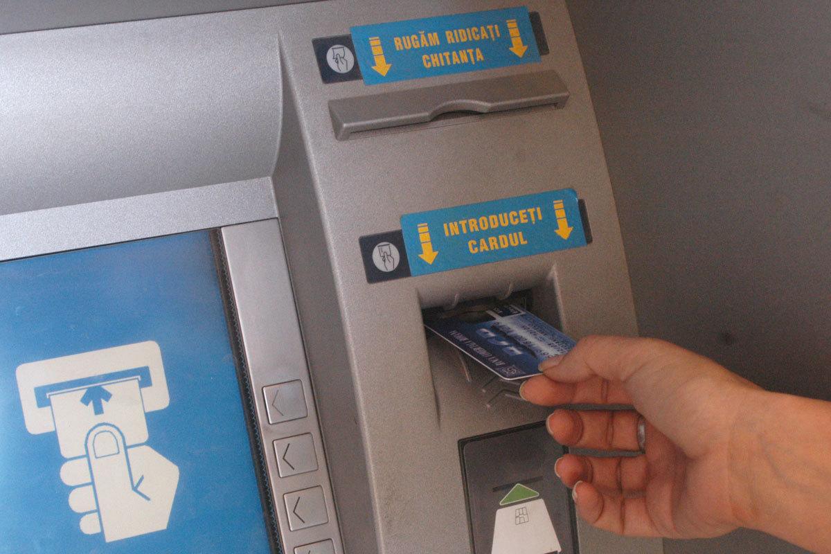 Probleme uriașe pentru o bancă din România: zeci de oameni își verifică cardurile
