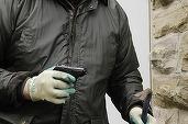 Jaf la o bancă din Arad; un bărbat cu o cagulă pe față și cu un pistol a furat câteva teancuri de bancnote