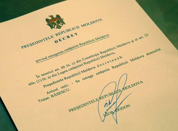 FOTO Igor Dodon i-a retras cetățenia moldovenească lui Traian Băsescu