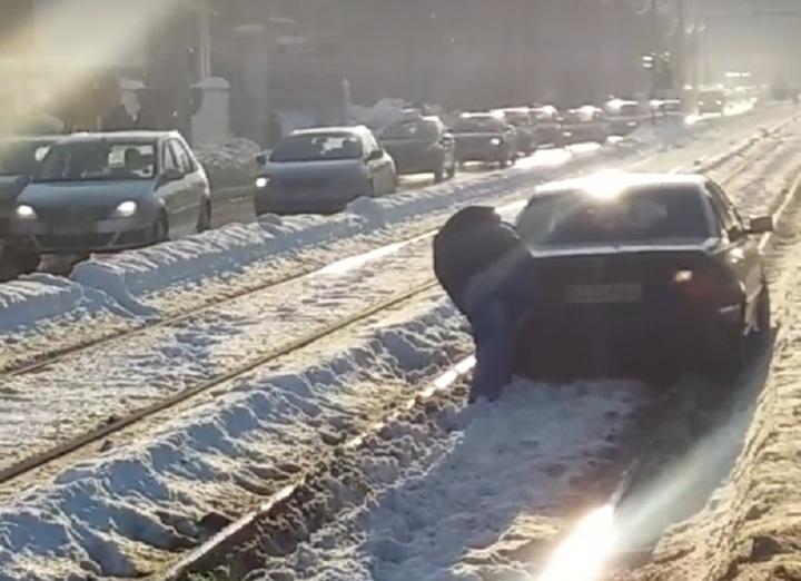 Firea: Toate mașinile care vor bloca transportul în comun sau căile de acces vor fi ridicate cu o platformă