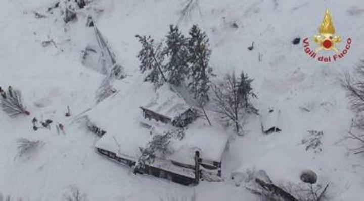 MAE: Ne-a fost semnalat că trei români, din care doi minori, sunt prinși în hotelul înghițit de avalanșă în Italia