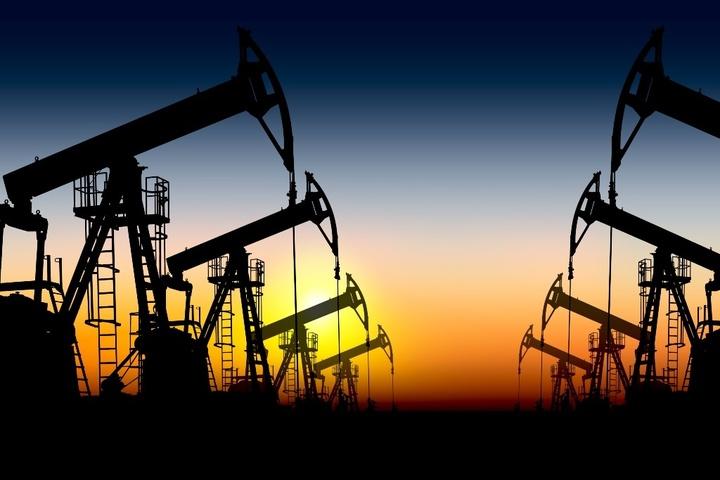 Petrolul crește cu aproape 3%, susținut de scăderea dolarului și declinul stocurilor din SUA