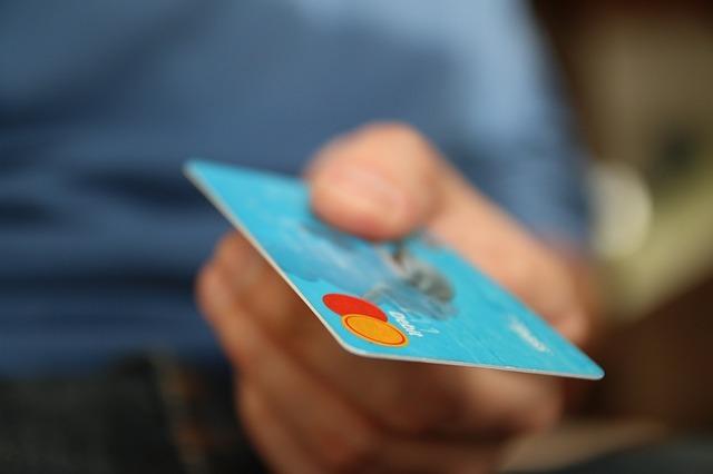 Plățile cu cardurile de credit la nivel mondial le vor depăși pentru prima oară pe cele în numerar în 2016