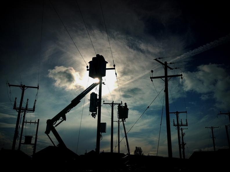 Compania Telekom Romania ar putea fi obligată să-și demoleze rețelele instalate pe 70.000 de stâlpi ai Enel Muntenia