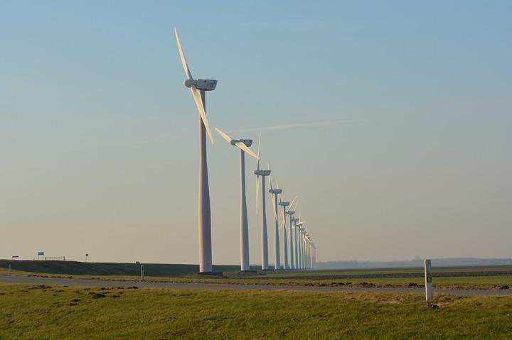 Doi giganți ai eolienelor sunt în proces cu statul, acuzându-l că le impozitează de 2 ori stâlpii turbinelor