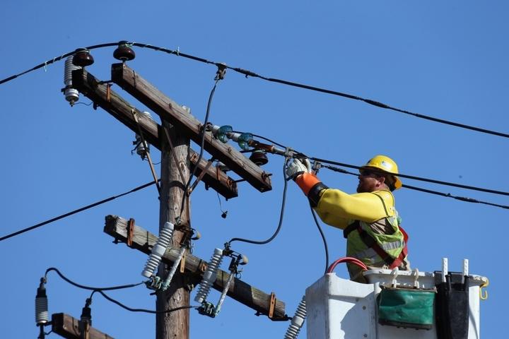 Peste 15.000 de familii din 30 de localități din Moldova, fără curent electric din cauza avariilor provocate de vântul puternic