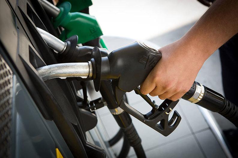ANALIZĂ Cu cât scad prețurile carburanților de la 1 ianuarie 2017, ca urmare a scăderii TVA și a eliminării supraaccizei