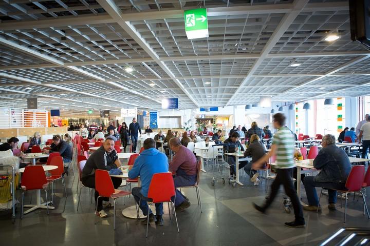 După succesul înregistrat de restaurant, IKEA amplasează o rulotă cu preparate la grătar lângă magazinul din Băneasa
