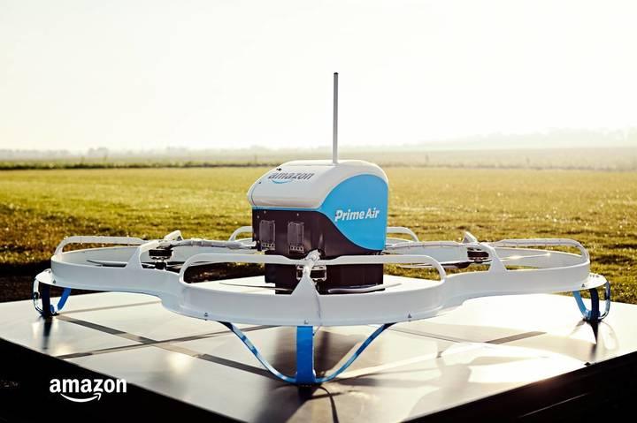 VIDEO Amazon realizează prima livrare folosind o dronă