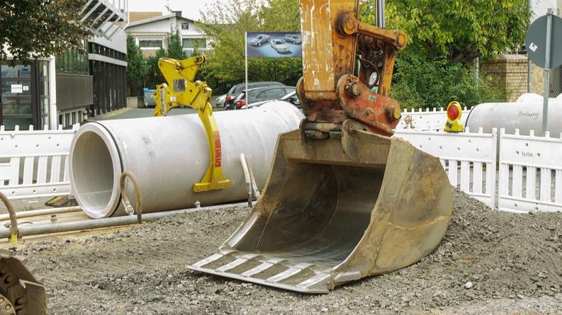 Guvernul permite acordarea mai rapidă a avizului de construcție și va expropria accelerat terenuri pentru a grăbi lucrările la autostrăzi și căi ferate