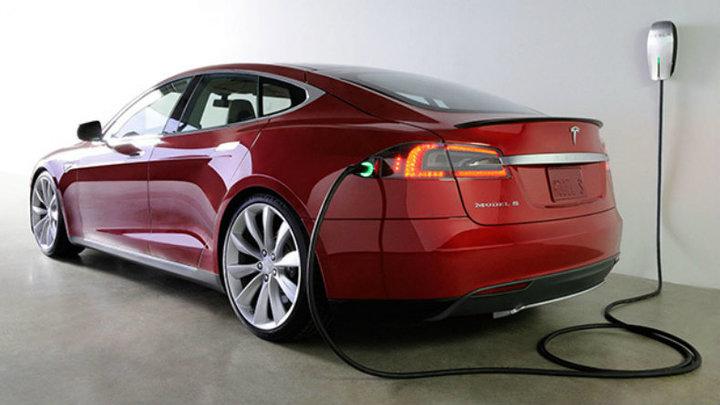 Germania avertizează șoferii automobilelor Tesla că folosirea pilotului automat necesită atenție permanentă