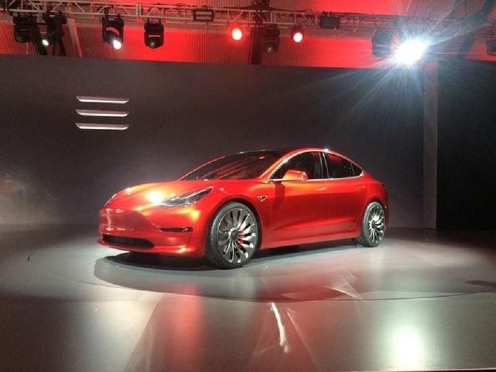 Tesla a angajat un specialist software al Apple pentru a coordona dezvoltarea funcției Autopilot