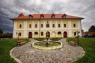 FOTO Românii și străinii încep să se cazeze în castel. Cât costă o noapte de cazare într-un castel din Transilvania
