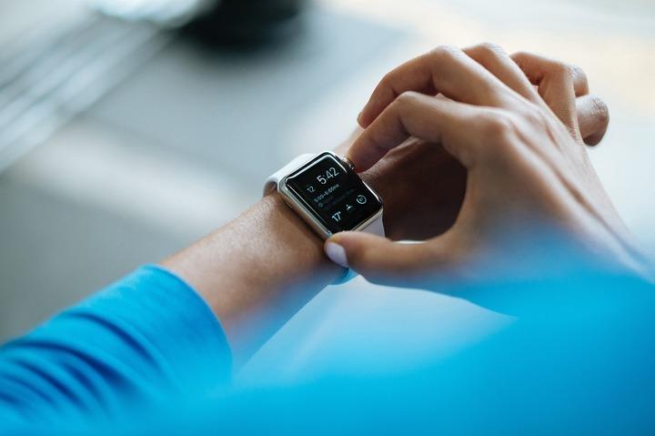 Eric Schmidt: În 5-10 ani, ceasurile inteligente vor ști când ești bolnav și vor suna la doctor