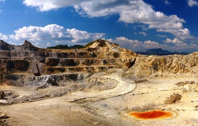 Guvernul Cioloș recomandă Parlamentului interzicerea 10 ani a exploatărilor miniere pe bază de cianuri, după scandalul Roșia Montană