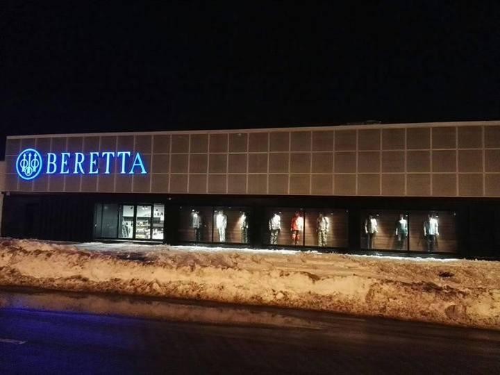 Cel mai mare magazin de arme din România a fost deschis la Pipera. Cea mai scumpă armă costă 44.000 de euro