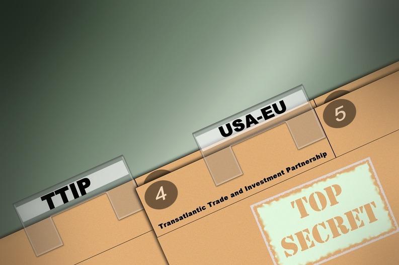 Politicienii care citesc actele confidențiale SUA-UE, supravegheați de un ofițer de securitate și cu telefonul lăsat la poartă