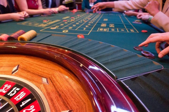 Publicitatea pentru jocuri de noroc va fi posibilă doar în case de pariuri sau cazinouri. Interdicția pentru radio și tv va fi explicită în lege, dar internetul rămâne liber - proiect
