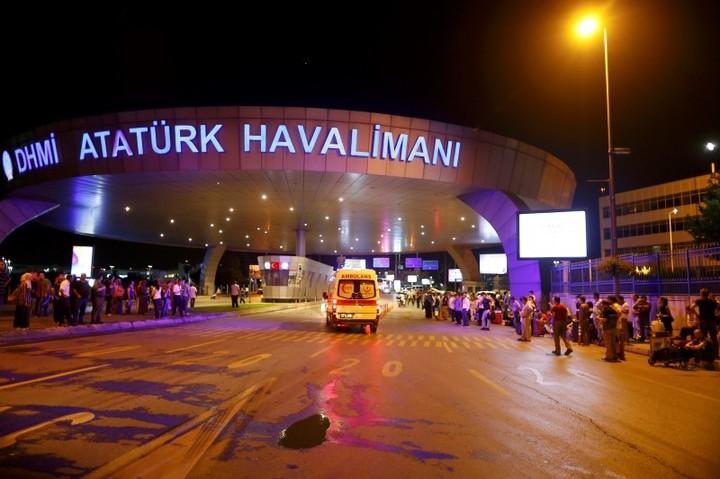 VIDEO& FOTO Explozii și focuri de armă la Aeroportul Ataturk din Istanbul, sunt 10 persoane ucise și mai mulți răniți