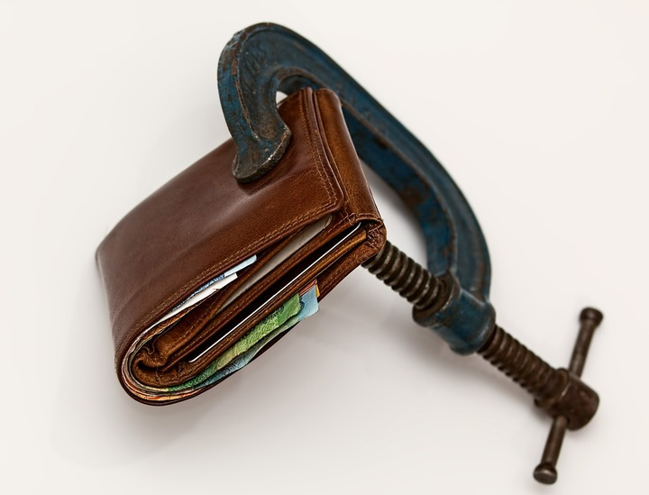 Conturile de salarii nu vor mai fi blocate de bănci, datoriile salariaților fiind reținute la angajator-proiect