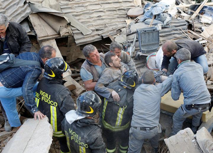UPDATE Guvernul acordă ajutoare financiare rudelor românilor afectați de cutremurul din Italia și îi despăgubește pe cei cu case afectate