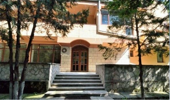FOTO Curtea de Conturi pune la dispoziția tuturor angajaților săi vila de vânătoare din Buzău a lui Ceaușescu