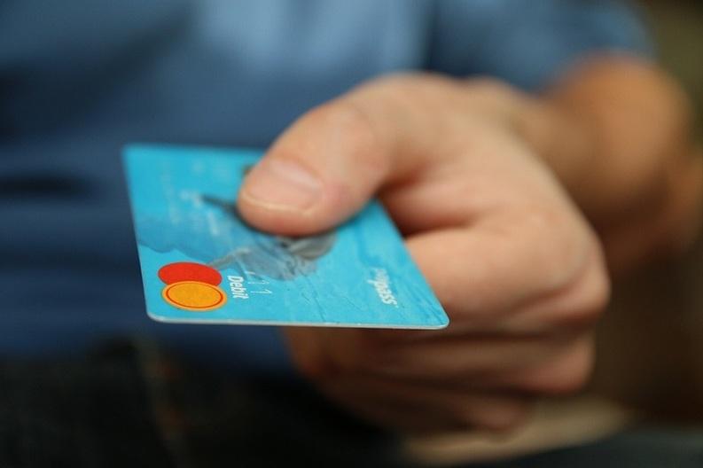Trezoreria va accepta plata online prin card, fără comision, a taxelor și impozitelor