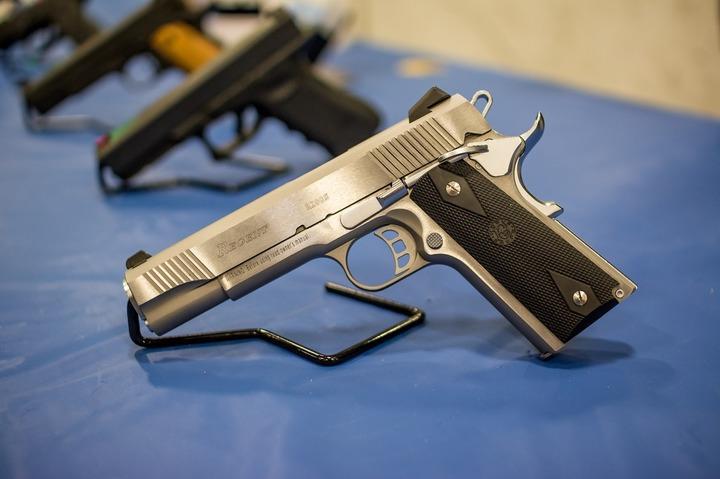 Demnitarii, magistrații, diplomații, militarii și polițiștii nu vor mai fi scutiți de obligația unor acte pentru a deține arme