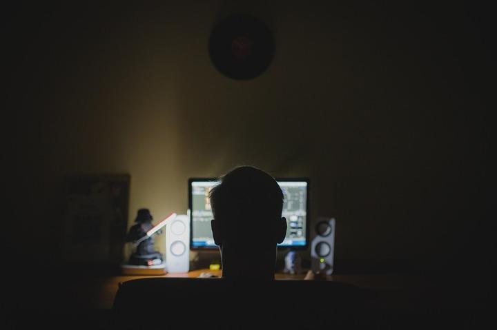 Hackerul român Guccifer, care a spart și email-ul familiei Bush, a pledat vinovat în SUA și riscă doi ani de închisoare
