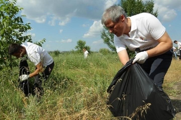 FOTO&VIDEO Cioloș a strâns gunoaie din Parcul Natural Văcărești, în fața presei