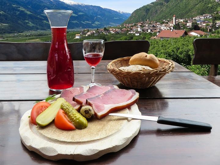 """Carnea, laptele și mierea de la munte vor primi eticheta """"produs montan"""", în urma unui proces de certificare"""