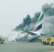VIDEO Un pasager al avionului care a luat foc pe o pistă a aeroportului Dubai a filmat panica de la bord