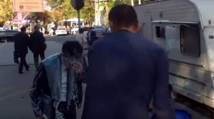 VIDEO Ministrul Finanțelor din Republica Moldova a primit în cap o găleată cu lapte din partea unui protestatar