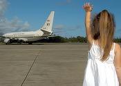 """O companie aeriană interzice copiilor să ocupe anumite locuri în avion, pentru """"o zonă de liniște la business class"""". Reacțiile pasagerilor"""