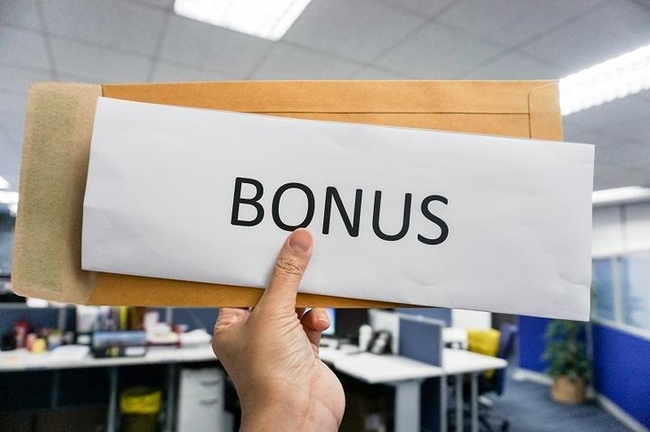 Managerii din sectorul privat cresc bonusurile pentru a-i motiva și a-i păstra pe angajați