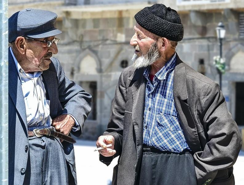 Turcii primesc nunți gratuite, pietre funerare sau o masă caldă dacă își schimbă dolarii în lire turcești