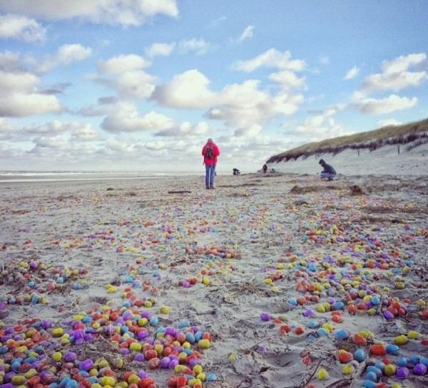 FOTO Mii de ouă Kinder, aduse de maree, pe o plajă din Germania