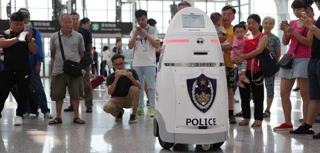 VIDEO Aeroportul orașului Shenzhen, având printre cel mai mare trafic din China, are roboți care patrulează