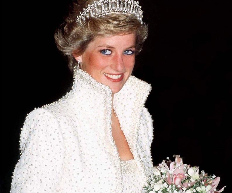 VIDEO Fosta mașină a prințesei Diana și un autoturism care a aparținut Reginei vor fi scoase la licitație