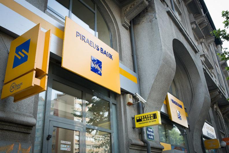 Angajați afectați de închiderea a 15% din filialele Piraeus vor să dea banca în judecată