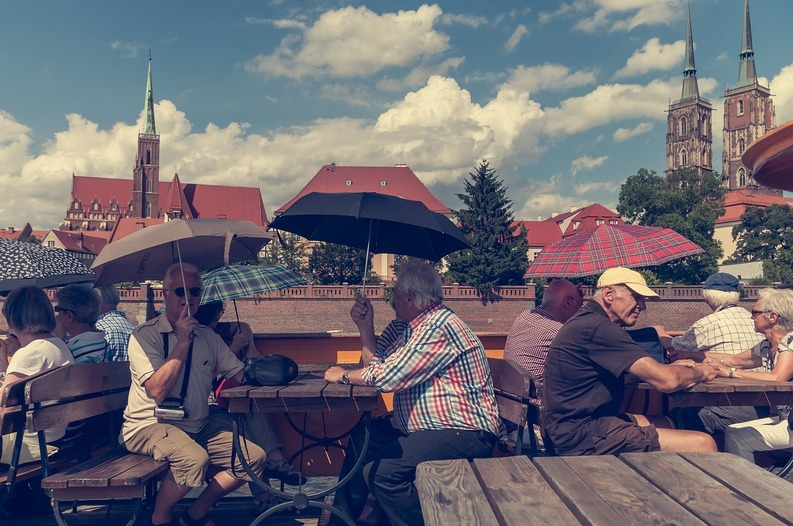 """Cel mai mare """"exod"""" de pensionari străini în România din ultimii 25 de ani lasă 1,5 milioane euro. Le plac sarmalele, prăjiturile și stau la cozi pentru cărți poștale"""