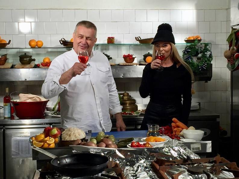 Mircea Dinescu are ''lipici'' la străini. Turiștii din alte țări mănâncă 40.000 de sarmale pe an la restaurantul lui, după o rețetă agreată și de Sadoveanu
