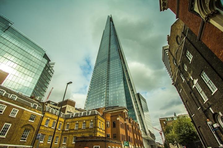 Economia britanică a crescut peste așteptări în trimestrul trei, cu 0,5%; lira sterlină a trecut pe creștere