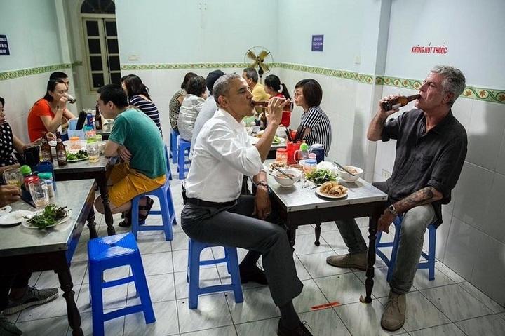 FOTO În Vietnam, Obama a mâncat într-un mic restaurant din Hanoi, luând prin  surprindere proprietarul
