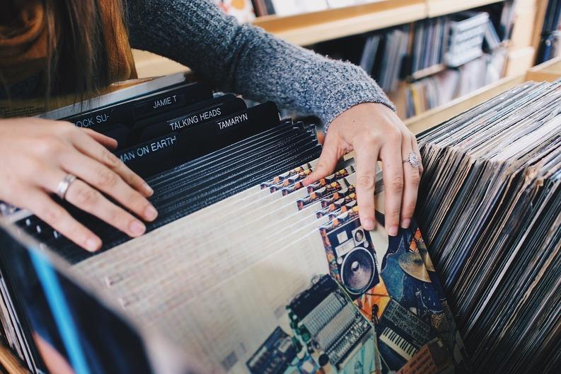 Vânzările de viniluri au depășit descărcările muzicale online, săptămâna trecută