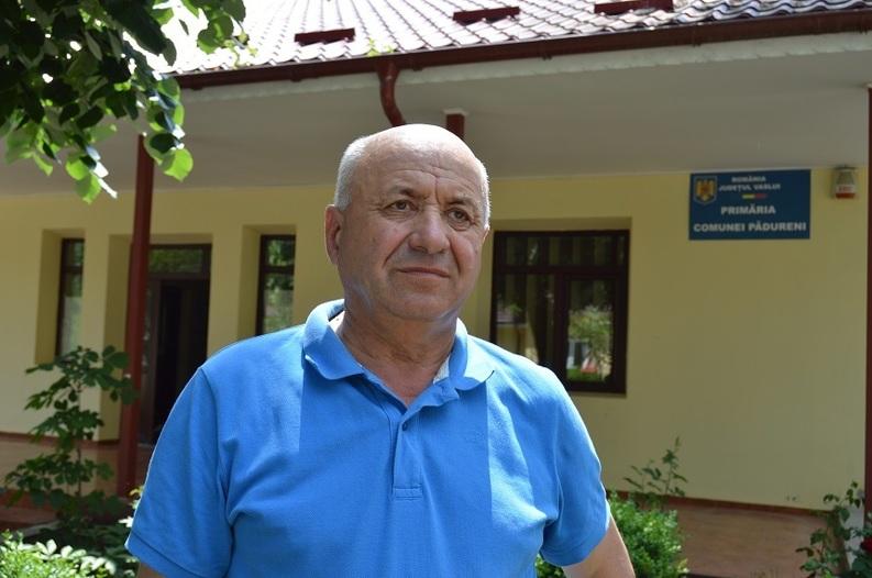 Primarul comunei vasluiene cu piscină, teren de sport cu nocturnă şi muzeu al satului, ales cu peste 80% din voturi pentru al şaptelea mandat