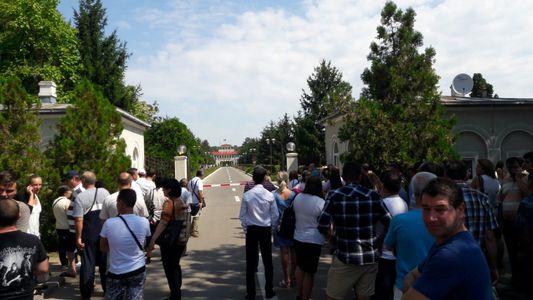 REPORTAJ: Sute de tineri aşteaptă la poarta Academiei de Poliţie să se înscrie la concursul de admitere - FOTO