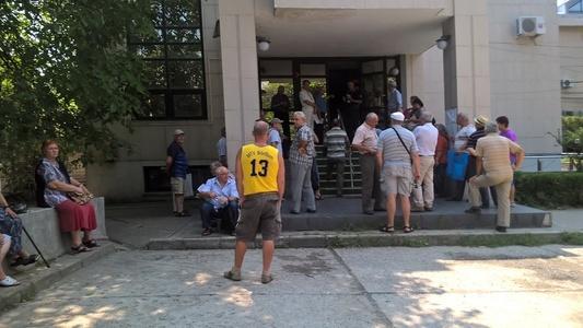 """REPORTAJ: Vârstnicii veniţi la Casa de Pensii Prahova, ţinuţi în curte la peste 30 de grade. Dacă vor la toaletă sunt trimişi """"la frunze"""" FOTO-VIDEO"""