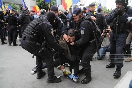 Ministrul de Interne cere şefului Jandarmeriei un raport complet despre incidentele la manifestaţia din Piaţa Victoriei